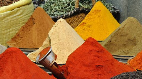 Currys werden aus einer Vielzahl Gewürze individuell gemischt. Fast immer drin: Koriander, Gelbwurz und Kreuzkümmel