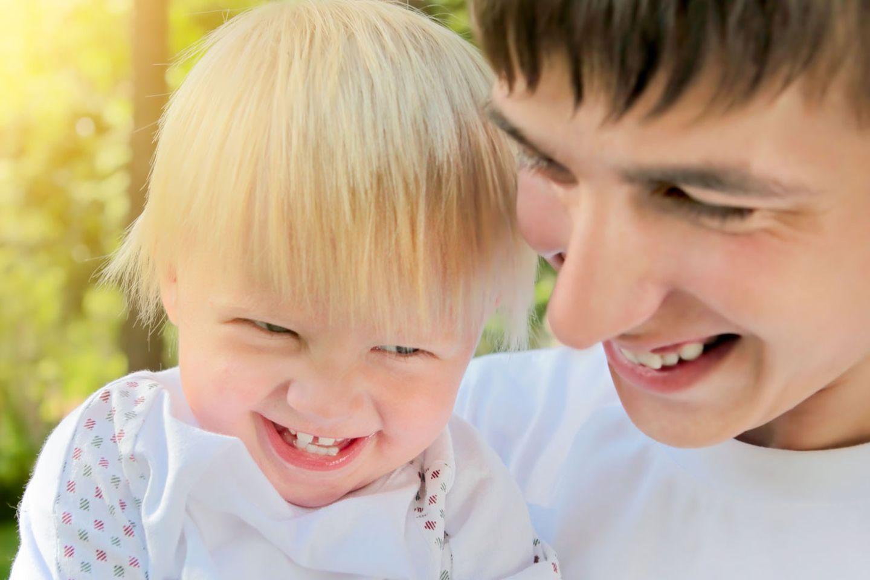 Sehr junge Väter vererben ihren Kindern häufiger einen Gendefekt als 20 bis 30-jährige Männer.
