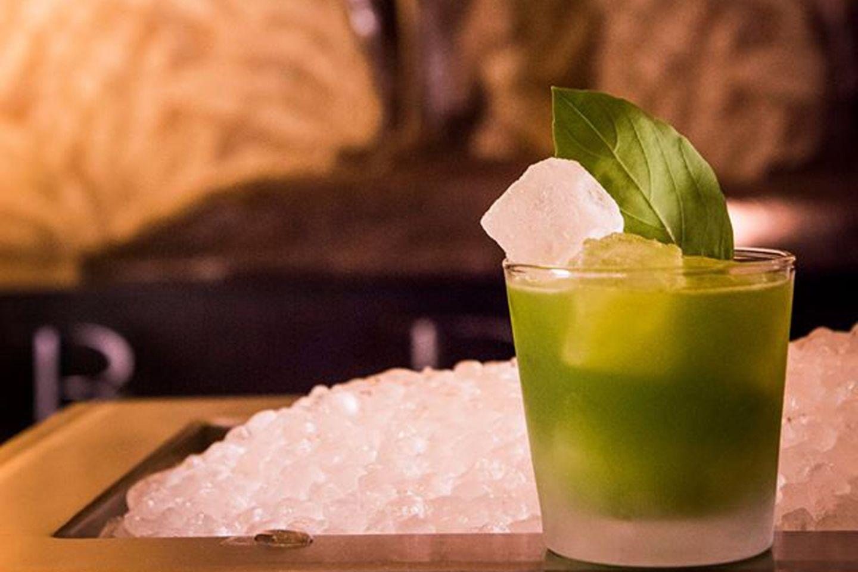 Sattes grün, grasige Frische: der Gin Basil Smash