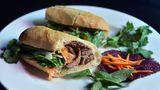Vietnam - Bánh-mì-Sandwich Das Bánh mì ist ein sehr beliebtes Sandwich - auf der ganzen Welt. Es ist voller Aromen und wird meist mit Schweinefleisch, Gemüse, Koriander und Jalapeños gefüllt.