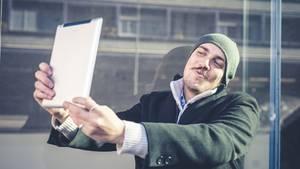 Spieglein, Spieglein... Männer sind die größeren Narzissten, wenn es um Ansprüche geht: Sie glauben, mehr verdient zu haben.