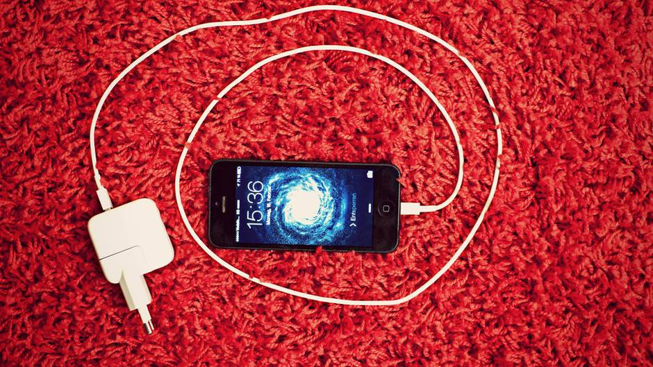 Trick 3: Schnelleres Laden  Die meisten Apple-Fans besitzen mehr als ein Gerät aus Cupertino. Falls Sie also neben dem iPhone auch ein iPad Ihr Eigen nennen, gibt es eine besonders schnelle Lademethode: Nutzen Sie statt des iPhone-Netzteils das des iPads. Dank der höheren Stromstärke lädt das iPhone deutlich schneller. Uneingeschränkt ist das aber leider nicht zu empfehlen: Der Akku leidet auf Dauer und hält mit der Zeit kürzer durch.