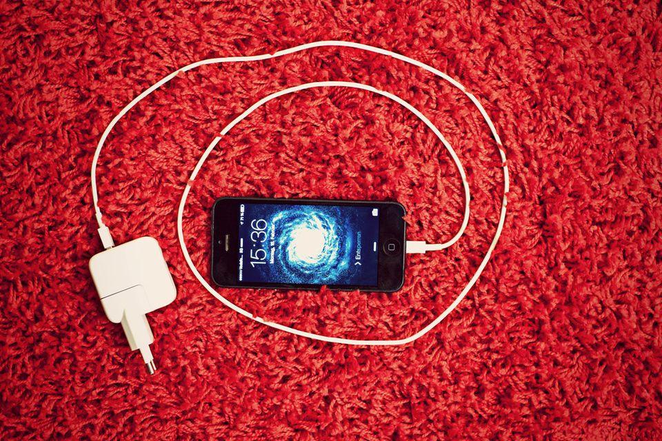 Trick 3: Schnelleres Laden  Die meisten Apple-Fans besitzen mehr als ein Gerät aus Cupertino. Falls Sie also neben dem iPhone auch ein iPad Ihr Eigen nennen, gibt es eine besonders schnelle Lademethode: Nutzen Sie statt des iPhone-Netzteils das des iPads. Dank der höheren Stromstärke lädt das iPhone deutlich schneller. Die aktuelle Generation lässt sich mit einem Mac-Netzteil und passendem Adapter sogar noch schneller laden. Uneingeschränkt ist das aber leider nicht zu empfehlen: Der Akku leidet auf Dauer und hält mit der Zeit kürzer durch.