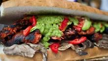 Mexiko - Cemita-Sandwich Das cemita ist typisch für die Region Puebla in Mexiko. Das Brot ähnelt einem Brioche-Brötchen, das meist mit Avocado, Fleisch, Käse, Zwiebeln, Kräutern und einer scharfen Chilisauce belegt ist. Das beliebteste Fleisch auf einem cemita ist eine Art Schnitzel vom Rind. Auf dem Foto zu sehen ist aber eine Variante, ein Sandwich mit Hühnchen, Rind, Käse, Avocado, mexikanischer Chilisauce, Putenschinken, Tomaten, Bohnen, Schinken, Garnelen, Oktopus und verschiedenen Käsesorten - ein eher aufwändigeres cemita. Aber bestimmt genauso lecker!