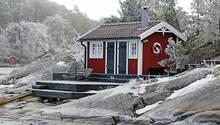 Skandinavische Urlaubsidylle: das einsam in der Natur gelegene Ferienhaus.