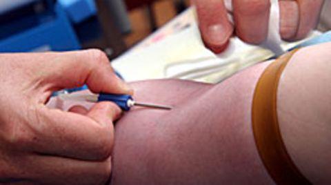 Fünf Milliliter Blut werden abgenommen, wenn man sich als Spender registrieren lässt