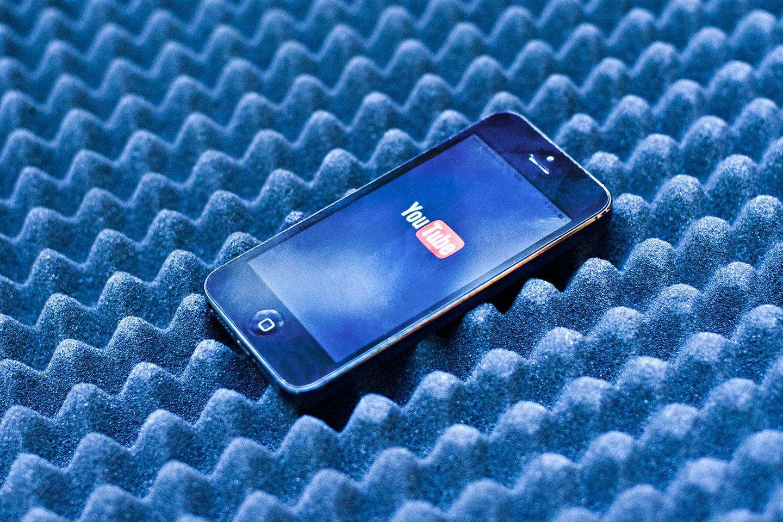 Trick 2: Musik- und Videostreams meiden  Obwohl das Display den Bären-Anteil des Stroms verbraucht, kann man den Akku auch leeren, während es ausgeschaltet ist - etwa indem man Musik hört. Noch schneller geht das aber, wenn man die Musik dann auch noch streamt, etwa bei Spotify. Dasselbe gilt natürlich auch für gestreamte Videos. Das ständige Nachladen aus dem Internet verbraucht deutlich mehr Energie als die reine Wiedergabe von gespeicherten Medien. Wer also regelmäßig Musik oder Filme aus dem Internet konsumiert, sollte sich überlegen, sie direkt auf dem Gerät zu speichern.