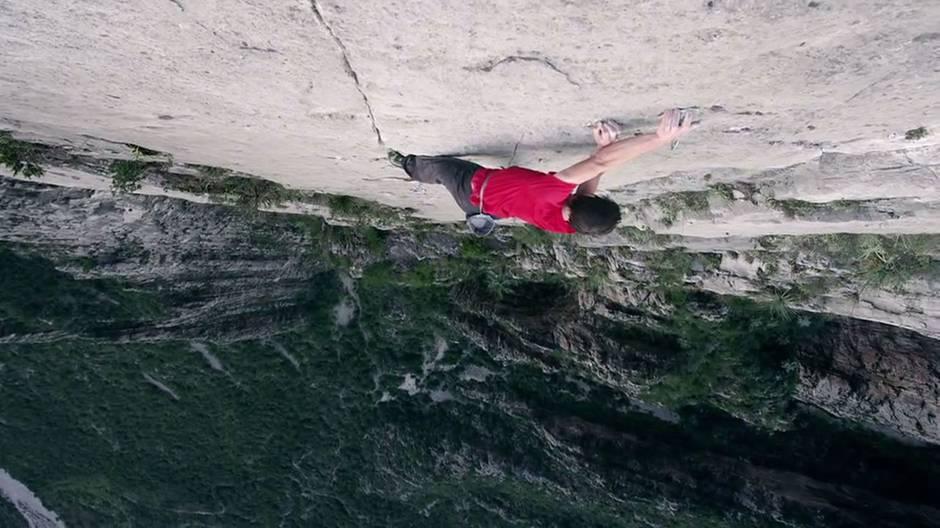 Freeclimb in 450 Metern Höhe: An dieser Steilwand muss jeder Griff sitzen