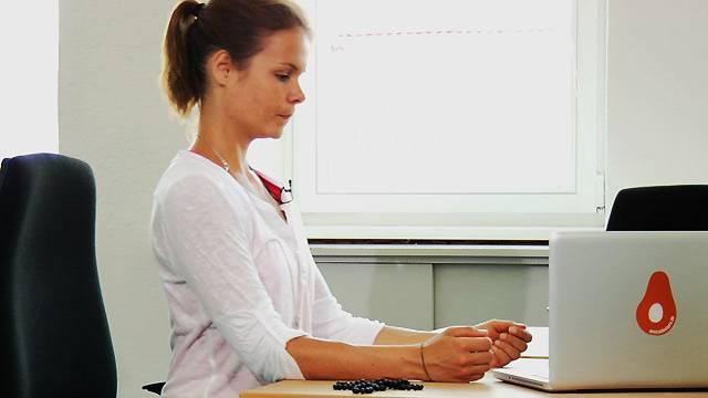 Yoga f r einstieger so leicht geht sport am schreibtisch for Schreibtisch yoga