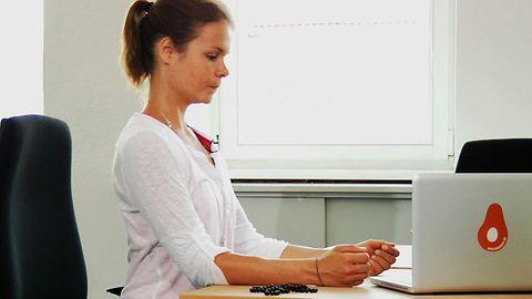 Entspannungs- und Kraftübungen: So unterstützt eine Pilates-Rolle das Ganzkörpertraining und löst Verspannungen im Rücken