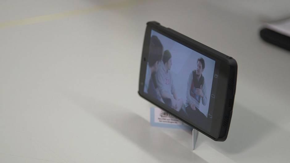 """""""Life Hacks"""": So bauen Sie einen Ständer fürs Handy"""