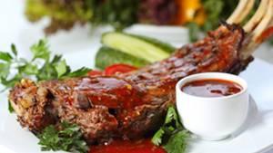 Ein Stück Fleisch ist auf einem Teller angerichtet.