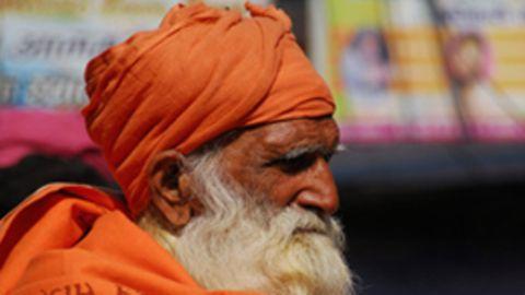 Ein alter indischer Mann mit orangenem Turban.