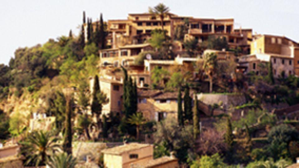 Häuser in Mallorca erstrecken sich einen kompletten Berg hoch.