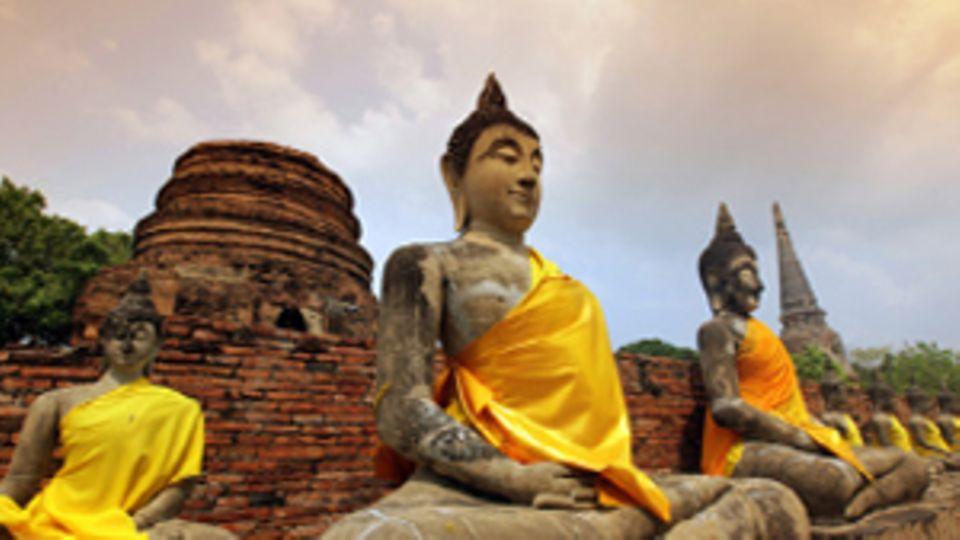 Meditierende asiatische Statuen.