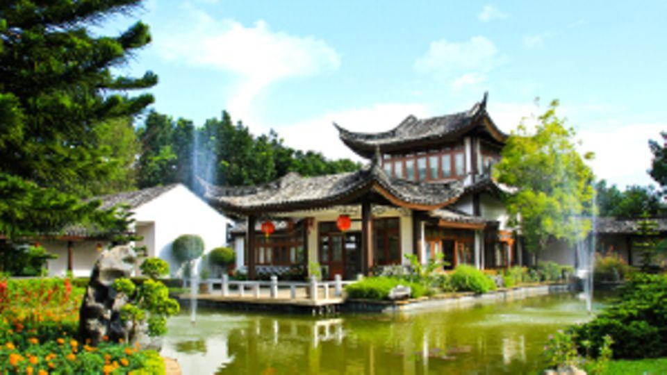 EIn chinesisches Haus mit der typischen Bauweise an einem See.