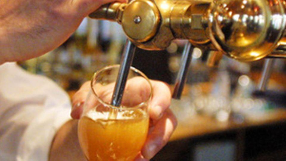 Ein Bier wird gezapft.