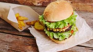 Warum eigentlich nicht mal Reh auf den Burger? Funktioniert genauso gut und schmeckt unwiderstehlich gut.