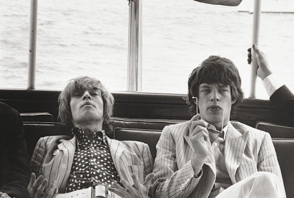 1966 gelang es Linda McCartney in New York, Brian Jones und Mick Jagger in einem Moment der Entspannung einzufangen.
