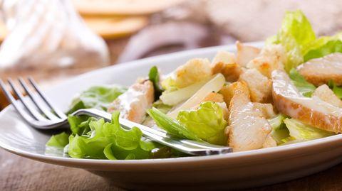Wer Hühnchen grillt, weiß oft nicht, was er mit den Resten anstellen soll. Wir haben ein köstliches Rezept für einen grandiosen Salat (Symbolbild) - mit nur zwei Zutaten.