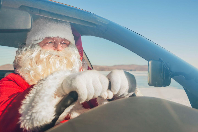 Autofahren im Weihnachtsmann- oder Batmankostüm geht leider nicht. Gesichtsmasken sind verboten. Es kann ein Verwarngeld ausgesprochen werden.