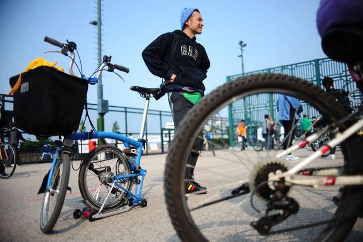 """Wie auch beim """"normalen"""" Fahrrad gibt es beim Preis eine große Bandbreite: No-Name-Falträder bekommt man beim Versender schon für weniger als 200 Euro, wirklich alltagstauglich sind sie aber nicht. Für das Modell eines Markenherstellers muss man zwischen 500 und 1000 Euro einplanen, dafür bekommt man dann aber auch gut ausgestattete Zweiräder. Auch besonders anspruchsvolle Kunden werden fündig: Kulträder und Racer kosten dann aber bis zu 3000 Euro.    Mitnahme auch in Hauptverkehrszeit erlaubt  Gekauft wurden Falträder schon immer, weil man sie platzsparend zusammenlegen kann. Der aktuelle Boom liegt jedoch an der steigenden Beliebtheit bei Pendlern. Denn das Faltrad profitiert von einer Besonderheit: Die Mitnahme von """"richtigen"""" Fahrrädern in Bus und Bahn ist in der Hauptverkehrszeit meist untersagt. """"Ein zusammengeklapptes Rad gilt nicht als Fahrrad, sondern als Gepäckstück, für das kein Zusatzticket benötigt wird"""", sagt Bettina Cibulski vom Allgemeinen Deutschen Fahrrad-Club (ADFC). Nicht einmal in einer Tasche müssen die zusammenklappbaren Velos stecken. Die Mitnahme ist sogar in ICE-Zügen erlaubt, in denen sonst überhaupt kein Fahrradtransport möglich ist.  Damit eignet sich ein Faltrad ideal für Bahnpendler: Es ermöglicht zügiges Vorankommen ab der eigenen Haustür. Die Hauptstrecke wird dann mit dem Zug rückgelegt, den Weg zum Arbeitsplatz übernimmt wiederum das Klapprad. Das nervige Warten auf Anschlussbusse für die Reststrecken entfällt.   Ein Problem ist dabei nur das Gewicht des Rades: Moderne Falträder wiegen etwa 12 bis 14 Kilogramm. Diese Last will über Treppen und Bahnsteige getragen werden. Kommt noch eine Tasche mit Laptop oder Einkauf hinzu, muss man kurzzeitig über 20 Kilogramm schleppen. Auch Falträder gibt es inzwischen mit Elektromotor. Sie ermöglichen es, die Fahrradpassagen flott und ohne größere Anstrengung zu absolvieren. Nachteil ist auch hier das Gewicht: Allein das Rad wiegt dann 20 Kilogramm.   In der Auswahl haben wir vor allem auf eine"""