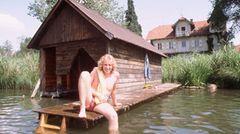 Seine Frisur hat er nie geändert: Der junge Thomas sitzt 1980 am Bootssteg und hält das Bein ins kalte Wasser des Weßlingers Sees im Starnberger Landkreis.