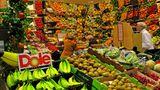 Die Obst- und Gemüseabteilungen sehen inzwischen aus wie ein kleiner Wochenmarkt - und genau das ist auch der gewünschte Effekt. Denn diese Marktatmosphäre soll Frische und Regionalität vermitteln. Und die Kunden zum Zugreifen verleiten.