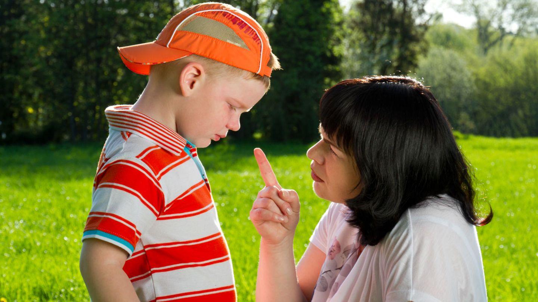 Der erhobene Zeigefinger gehörte früher oft dazu, wenn die ewig gleichen Erziehungsphrasen auf uns niederprasselten