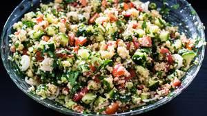 Mit der Kräuter-Auswahl beim Türken kann man schnell ein Pesto, aber auch ein Taboulé - ein Salat aus der nahöstlichen Küche - zubereiten.