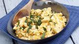 Rührei Auch ein klassisches Frühstücksgericht: das Rührei. Verquirlen Sie Eier mit Salz und Pfeffer und geben Sie die Masse in eine gebutterte Pfanne. Wichtig: Nicht übermäßig rühren, sondern besser schaben. Wenn das Ei gestockt, aber noch feucht und glänzend ist, kann es serviert werden.