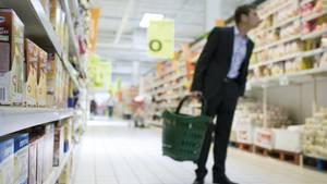 Die Laufrichtung in Supermärkten dreht sich meistens links herum. Warum? Die meisten Menschen sind Rechtshänder und rollen den Einkaufwagen lieber links um die Kurven.