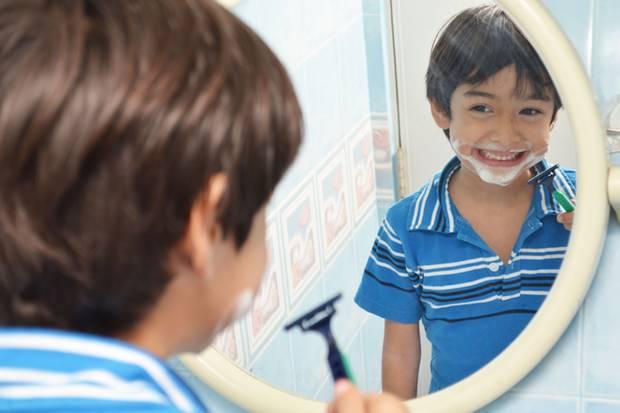 Jungs und Badezimmerspiegel ...