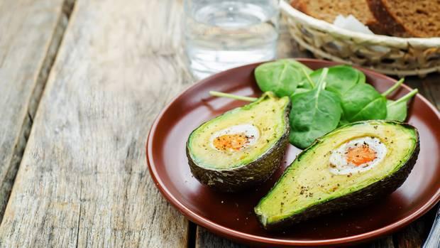 Ei in Avocado gebacken Das sieht nicht nur hübsch aus, sondern ist auch lecker zu gleich. Dafür müssen Sie die Avocado entkernen und etwas vom Avocadofleisch entfernen. Dann einfach das Ei hineinschlagen und bei 200 Grad 15 Minuten im Ofen backen. Würzen nicht vergessen!