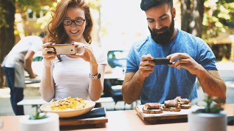 Es ist ein globales Phänomen: Menschen fotografieren ihr Essen. Ob sich dahinter der archaischer Trieb versteckt, ist unbekannt. Aber generell verboten ist das Fotografieren nicht - solange keine Personen (Persönlichkeitsrechte) auf den Bildern zu sehen sind. Einige Wirte verbieten allerdings Fotos von ihren Gerichten. Augen auf im Restaurant, ob ein Hinweisschild Fotos untersagt.