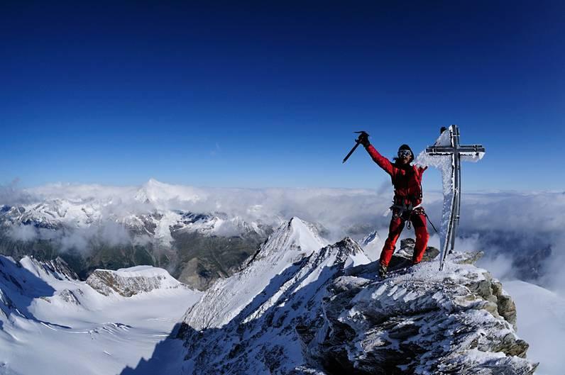 Die Mistgabel oberhalb von Saas Fee: Nadelhorn (4327 Meter) Saas Fee rühmt sich, das Dorf mit dem Blick auf meisten Viertausender innerhalb der Alpen zu sein. So nadelig wie der Name suggeriert, ist der Berg aber nur nach einem Schneesturm.  Das Nadelhorn ist der nördliche Teil der Mischabelgruppe, zu der mit dem Dom auch der höchste innerhalb der Schweiz gelegene Gipfel zählt. Seine Besteigung erfordert vor allen Dingen Kondition. Schwierigkeiten: Im Fels bis III, Eis bis 45°, ZS Infos/Bergführer: Tourismusbüro Saas Fee, www.saas-fee.ch