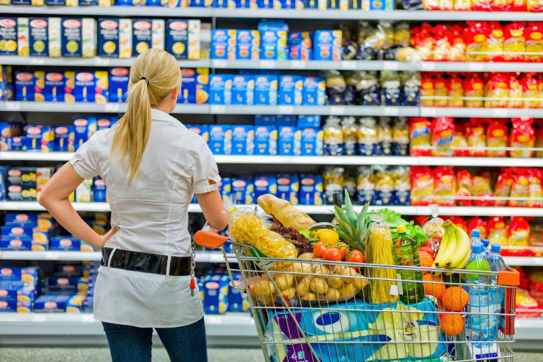 Gehen Sie auf den Markt oder in den Supermarkt und halten Sie Ausschau nach saisonalen Produkten. Diese sind meist günstiger als Obst und Gemüse aus anderen Ländern.
