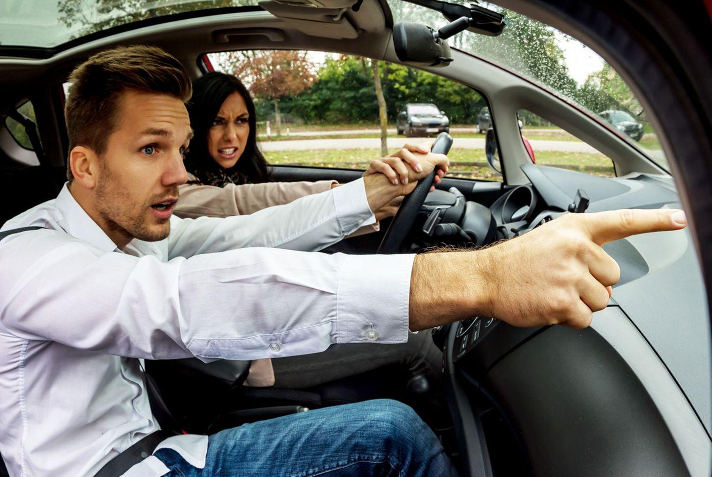 Gespräche mit dem Beifahrer sind okay, aber Streit nicht. Kommt es zu einem Handgemenge an Bord und dadurch zu einem Unfall, muss die Vollkaskoversicherung nicht zahlen.