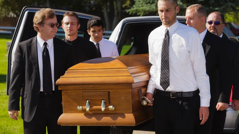 Den Sarg, den man selbst zusammensetzen muss: Spart die Heimwerker-Variante Geld bei der Bestattung?