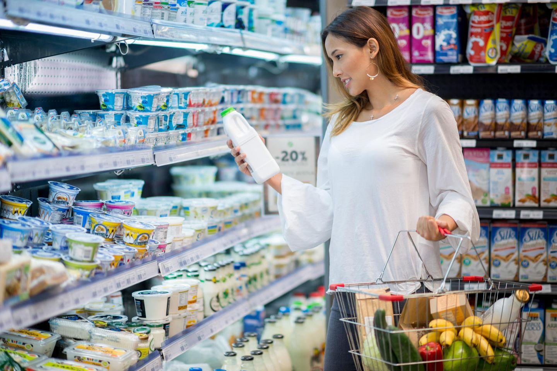 Milch zählt zu den Produkten, die wir ständig einkaufen - und deshalb verstecken Supermärkte Molkereiprodukte gerne in der hintersten Ecke. Denn so muss der Kunde einmal quer durch den Laden und kauft vielleicht noch andere Dinge ein.