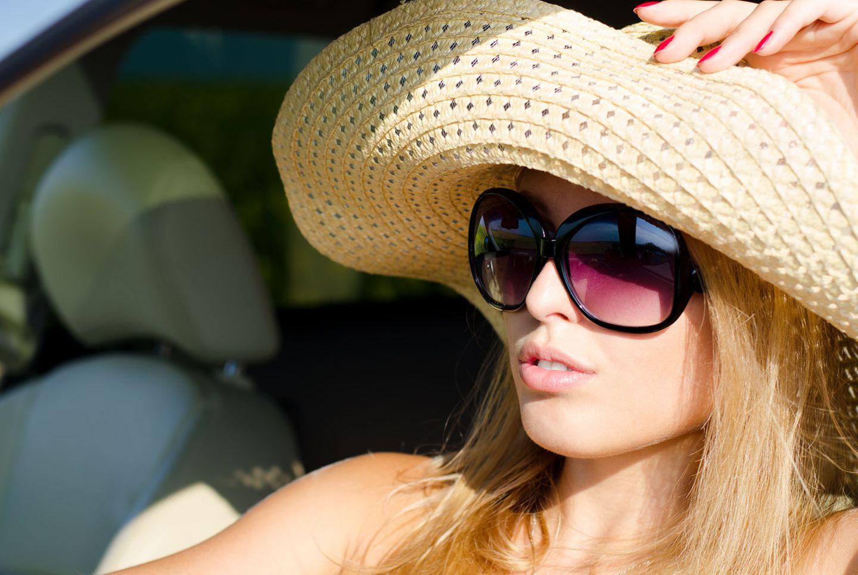 Kurioserweise werden Versicherer häufig gefragt, ob Sonnenbrillen erlaubt sind. Klare Antwort: Ja.
