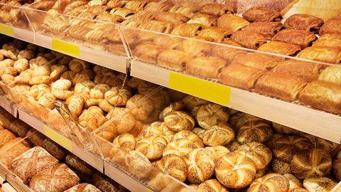 Im vorderen Drittel des Supermarktes befindet sich meist die Backwaren-Abteilung. Denn der Geruch von frisch gebackenen Brötchen lässt die Kunden nicht nur gern im Supermarkt verweilen - der Geruch macht nämlich auch Appetit.