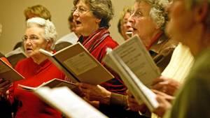 Senioren singen gerne. Doch in Fahrdorf in Schleswig-Holstein ist damit jetzt Schluss. Die Gema verlangt Geld von den älteren Damen.