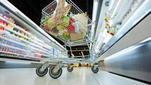 Einkaufswagen können gar nicht groß genug sein. Zumindest für die Supermarkt-Betreiber. Denn je größer ein Wagen, um so eher haben Kunden das Gefühl, gar nicht wirklich viel eingekauft zu haben. Außerdem sind die Wagen leicht geneigt, so dass die Ware aus dem Sichtfeld des Kunden rutscht. Auch das verstärkt den Effekt.