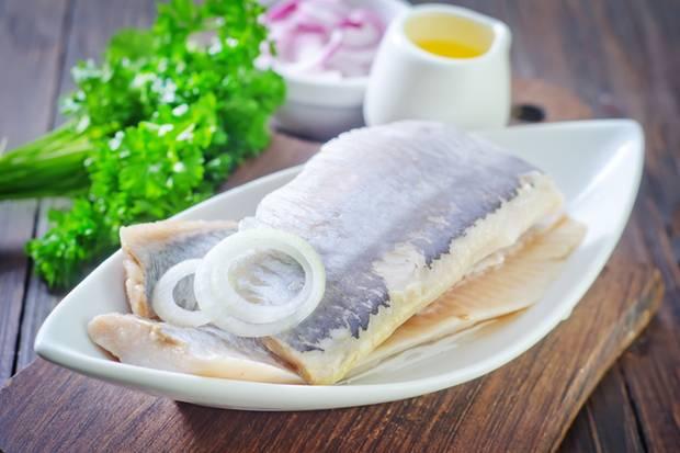 Frische Heringe sind sehr lecker, aber der Geruch gewöhnungsbedürftig. Deshalb braten wir den Fisch draußen.