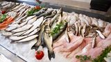... nutzen die Supermärkte bei der Präsentation von Fisch. Und in gelbe Farbtöne ...
