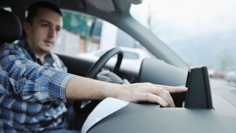 Radio, Navigationssystem und CD-Player dürfen während der Fahrt bedient werden, man darf sich allerdings nicht so ablenken lassen, dass die Unaufmerksamkeit zu einem Unfall führt.