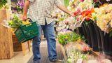 Blumen stehen häufig im Eingangsbereich des Supermarktes. Die bunten Farben haben einen positiven Einfluss auf Kunden - sie fühlen sich direkt wohl im Markt.