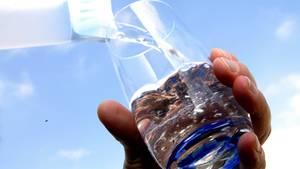 Klar und erfrischend: Nur sechs von 20 getesteten Mineralwässern waren in allen geprüften Punkten einwandfrei.
