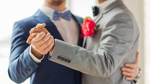 Die Hochzeit des schwulen Bruder ist nichts für seine Töchter, findet der 43-jährige Bernhard